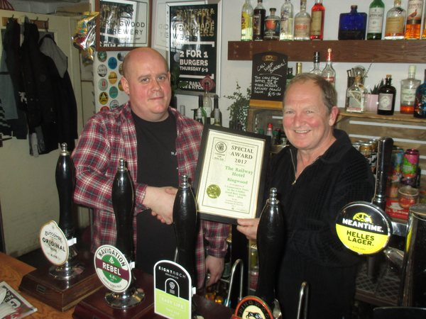 Malcolm Evans (left) receives an award for the Railway, Ringwood being in the GBG fo 5 consecutive years